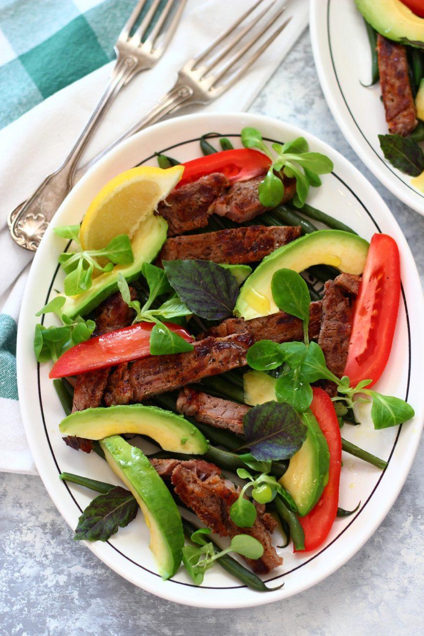 Sallatë me bishtajore, roast beef dhe valeriana